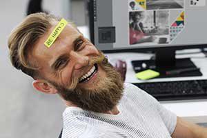 Un homme au travail heureux